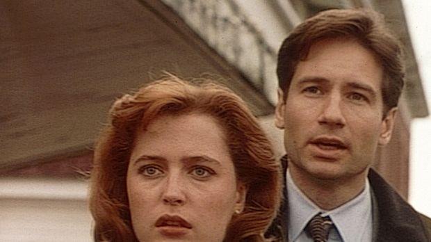 Mulder (David Duchovny, r.) und Scully (Gillian Anderson, l.) ermitteln in ei...