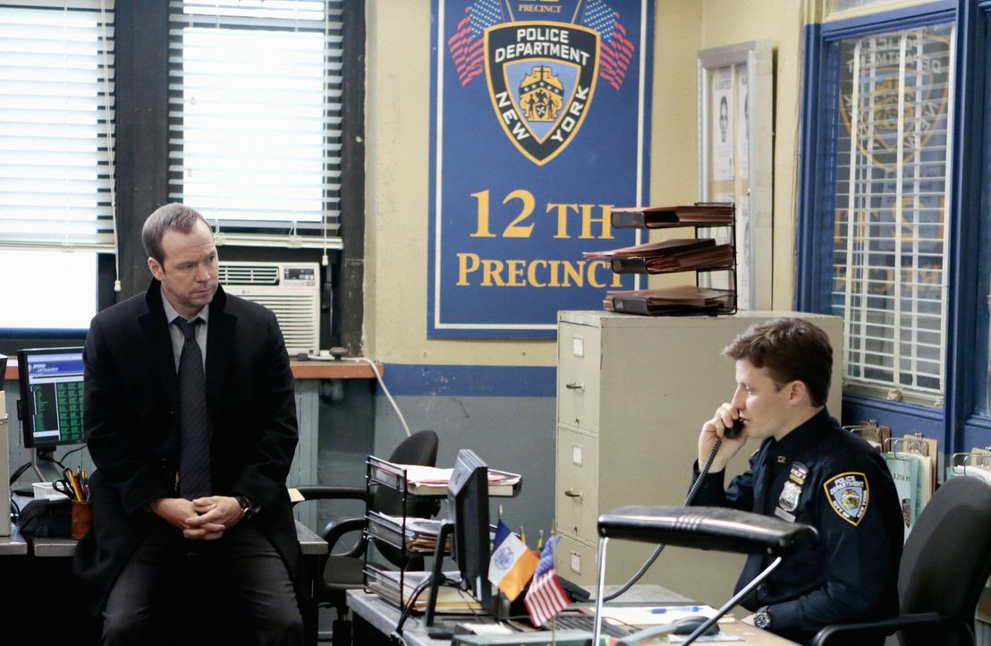 Da Jamie (Will Estes, r.) einfach nicht damit zurechtkommt, einen Mann erschossen zu haben, setzt sich sein Bruder Danny (Donnie Wahlberg, l.) für i... - Bildquelle: Giovanni Rufino 2012 CBS Broadcasting Inc. All Rights Reserved.