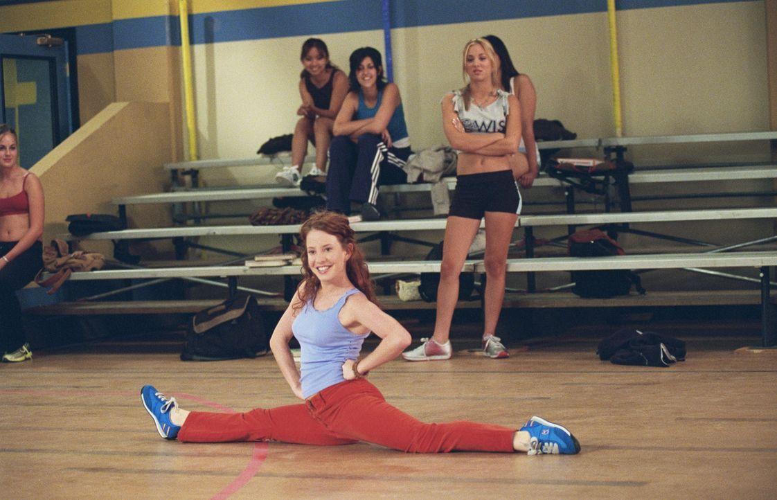 Ebenso wie Ihre Schwester Bridget versucht Kerry (Amy Davidson, vorne) den Platz bei den Cheerleadern zu bekommen ... - Bildquelle: ABC, Inc.