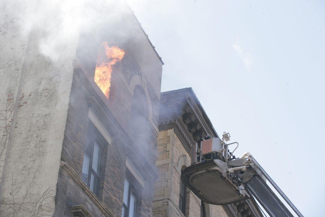 Kaum ist Tommy wieder bei seinem New Yorker Löschzug 62, da kommt es zu einem großen Brand in einem Wohnhaus ... - Bildquelle: 2005 Sony Pictures Television Inc. All Rights Reserved.
