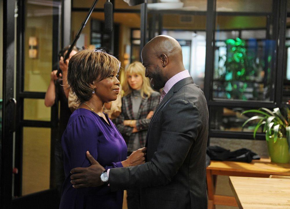 Sam (Taye Diggs, r.) hat sich bereiterklärt, an einer Doku- Soap mitzuarbeiten. Dazu begleitet ihn auf Schritt und Tritt ein Fernsehteam - auch als... - Bildquelle: ABC Studios