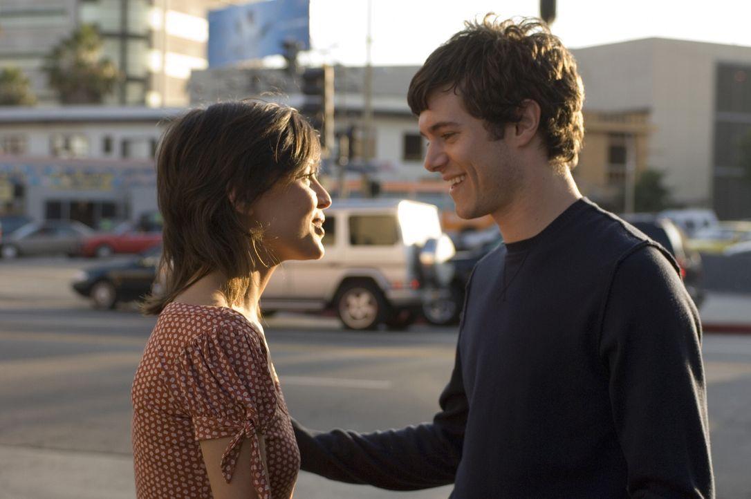 Als seine Beziehung mit dem Model Sofia Buñuel (Elena Anaya, l.) endet, glaubt Carters (Adam Brody, r.), dass seine ganze Welt zusammengebrochen ist... - Bildquelle: 2007 Warner Brothers