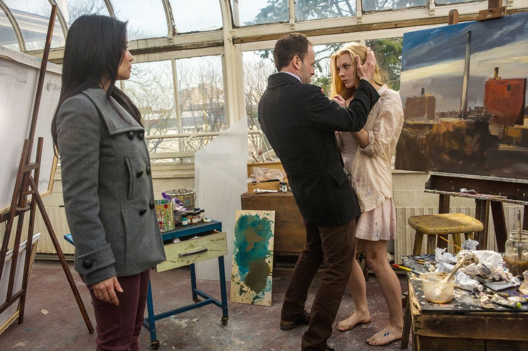 Irene (Natalie Dormer, r.) wirkt verwirrt und leidet unter posttraumatischem Stress. Nach drei Tagen im Krankenhaus nimmt Holmes (Jonny Lee Miller,... - Bildquelle: CBS Television