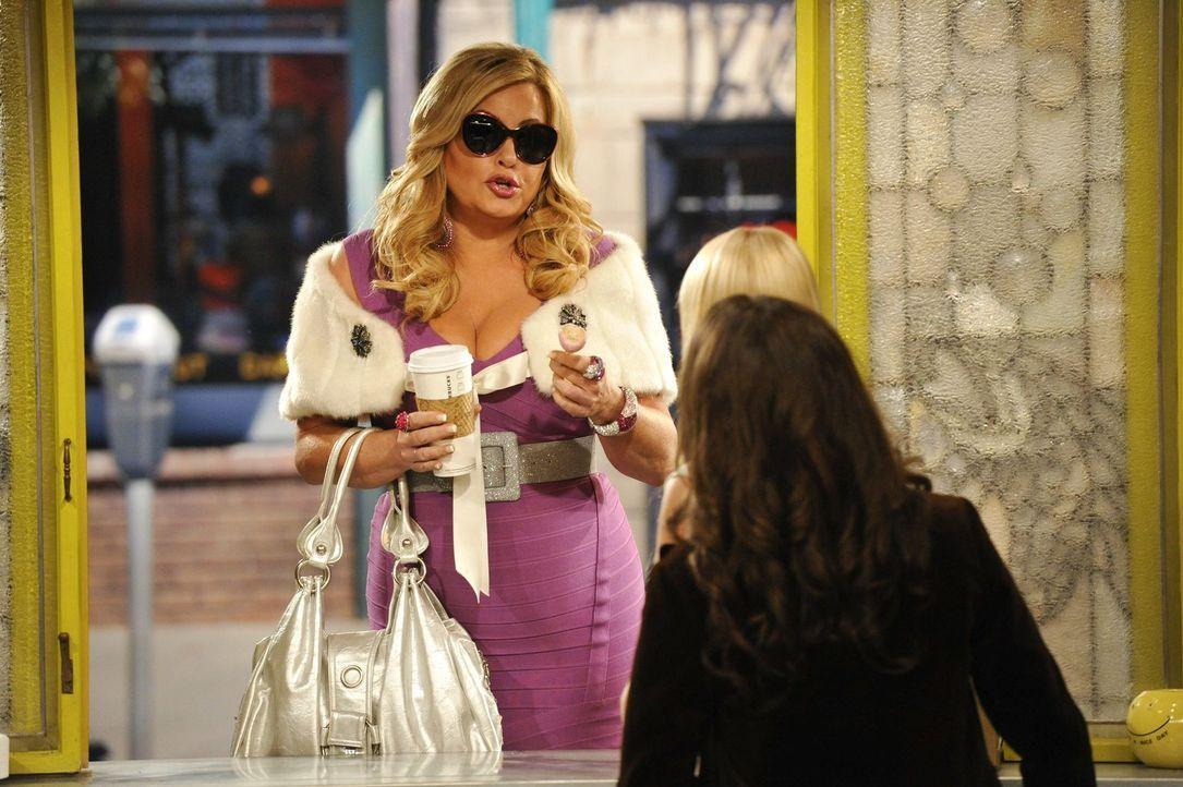Als Gegenleistung für eine Kaffeemaschine soll Max (Kat Denning, r.) für Oleg herausfinden, ob er noch eine Chance bei Sophie (Jennifer Coolidge, l.... - Bildquelle: Warner Brothers