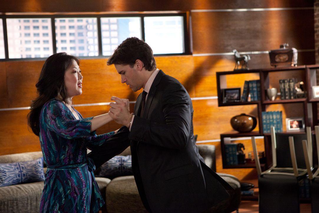 Letzte Tanzstunden von Teri (Margaret Cho, l.) sollen Grayson (Jackson Hurst, r.) auf die bevorstehende Hochzeit vorbereiten ... - Bildquelle: 2011 Sony Pictures Television Inc. All Rights Reserved.