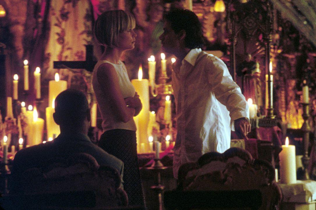 Versuchen scheinbar verzweifelt gemeinsam mit dem Bodyguard Creasy (Denzel Washington, l.), ihre entführte Tochter unbeschadet wiederzubekommen: Li... - Bildquelle: 2004 Epsilon Motion Pictures