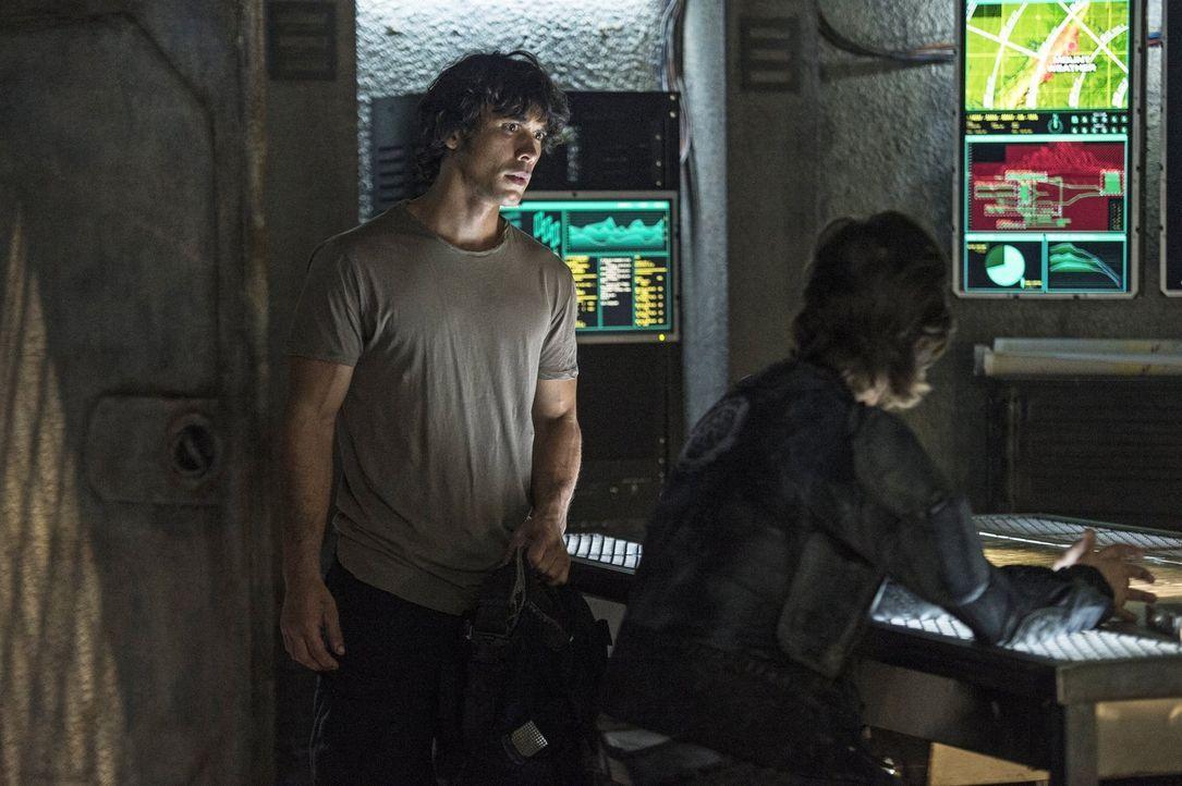 Bellamy (Bob Morley, l.) kämpft mit den Folgen seiner Entscheidungen in der vergangenen Nacht. Kann Kane (Henry Ian Cusick, r.) verhindern, dass er... - Bildquelle: 2014 Warner Brothers