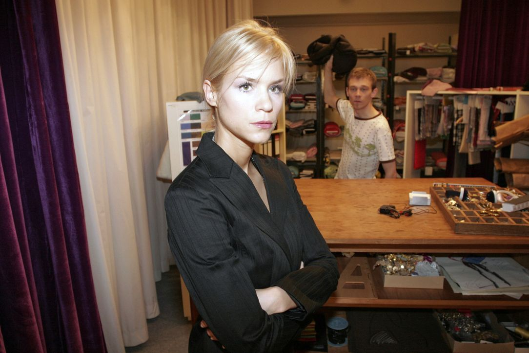 Sabrina (Nina-Friederike Gnädig, l.) möchte Jürgen (Oliver Bokern, r.) zur Hochzeit von Yvonne und Max angemessen feierlich einkleiden ... - Bildquelle: Noreen Flynn Sat.1