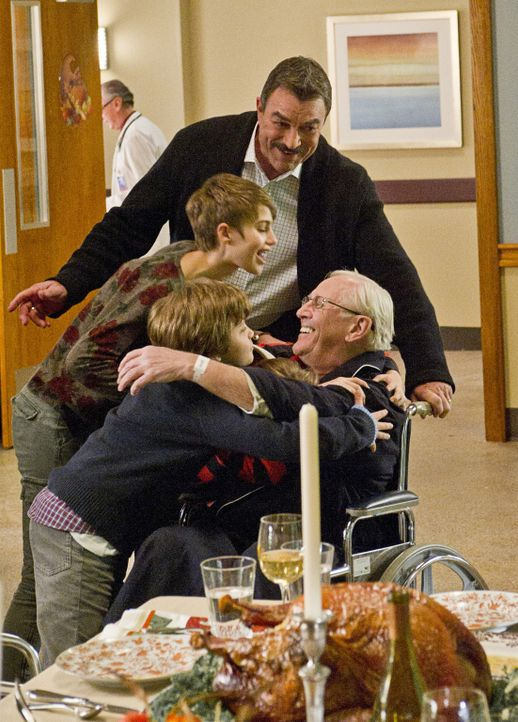 Frank (Tom Selleck, hinten), Nicky (Sami Gayle, Mitte l.) und Sean (Andrew Terraciano, l.) freuen sich, dass Henry (Len Cariou, r.) Thanksgiving mit... - Bildquelle: 2011 CBS Broadcasting Inc. All Rights Reserved