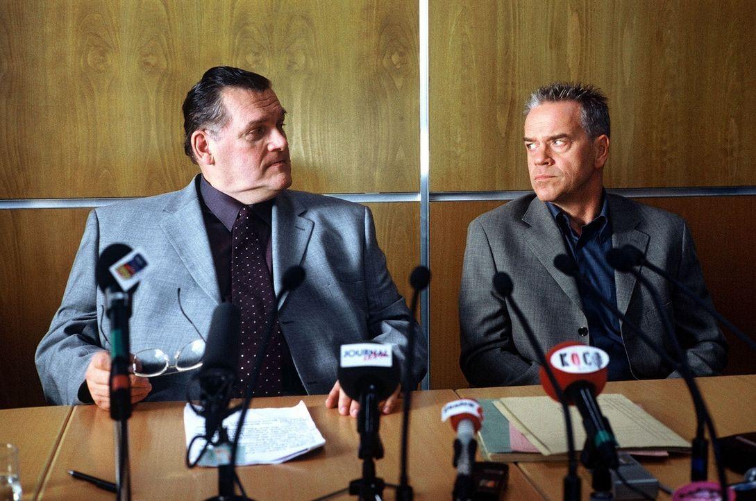 Der Sohn des US-Botschafters Wilson Kettlehawke (Jed Curts, l.) wurde getötet, gemeinsam mit Kommissar Wolff (Jürgen Heinrich, r.) informiert er die... - Bildquelle: Alfred Raschke Sat.1
