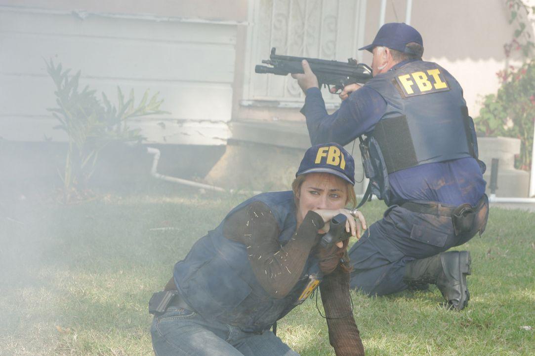 Durch die Explosion eines Hauses wurden die Ermittlungen beeinträchtigt. Doch Megan (Diane Farr, l.) gibt nicht auf ... - Bildquelle: Paramount Network Television