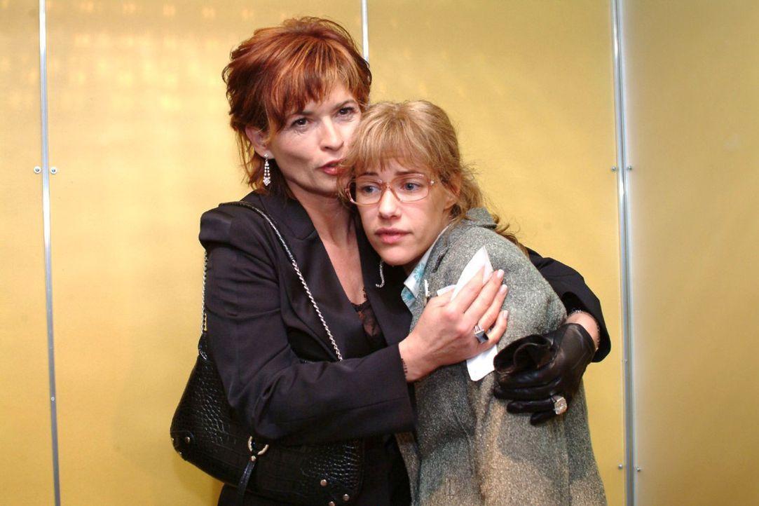 Sophie (Gabrielle Scharnitzky, l.) heuchelt gegenüber Lisa (Alexandra Neldel, r.) Mitleid. (Dieses Foto von Alexandra Neldel darf nur in Zusammenhan... - Bildquelle: Monika Schürle Sat.1
