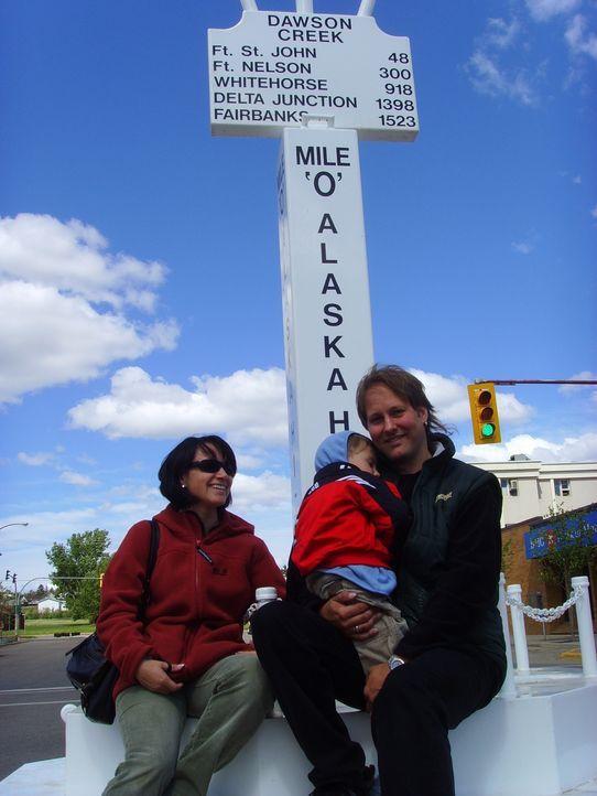 Thomas (r.) und Katrin (l.) Ebersbach wandern mit ihrem vierjährigen Sohn Vincent (M.) vom sächsischen Ellefeld nach Kanada aus ... - Bildquelle: kabel eins