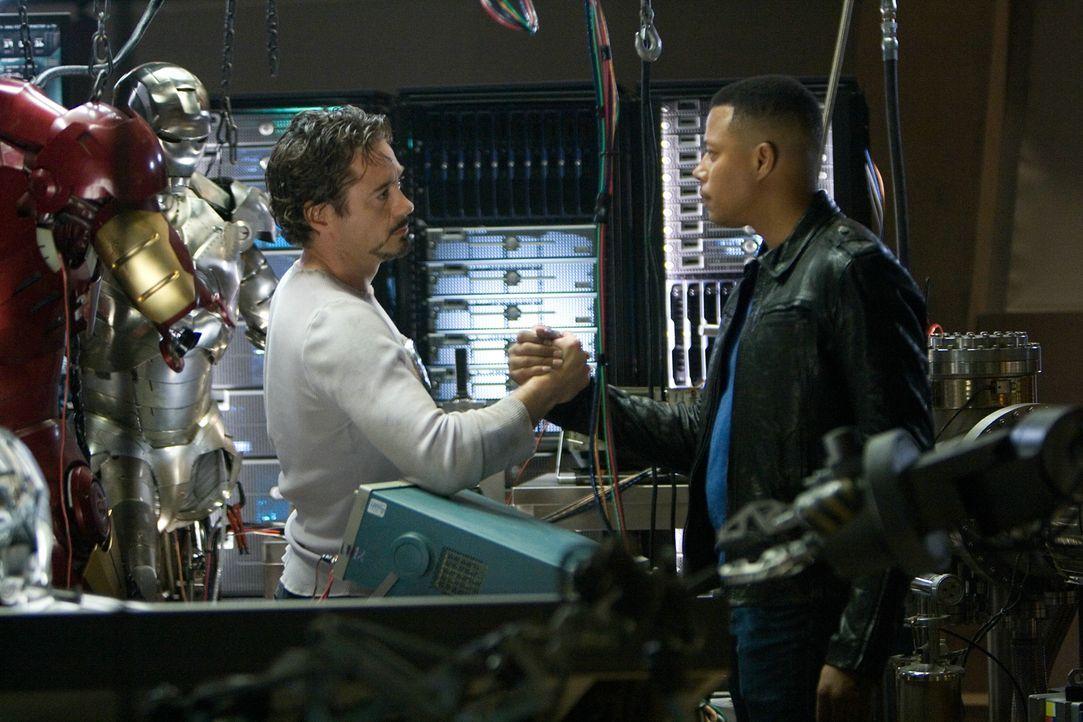 Als Iron Man möchte Tony Stark (Robert Downey Jr., l.) wiedergutmachen, was die Waffen seiner Firma alles angerichtet haben. Doch um nicht als Feind... - Bildquelle: 2008 MVL Film Rinance LLC. All Rights reserved.
