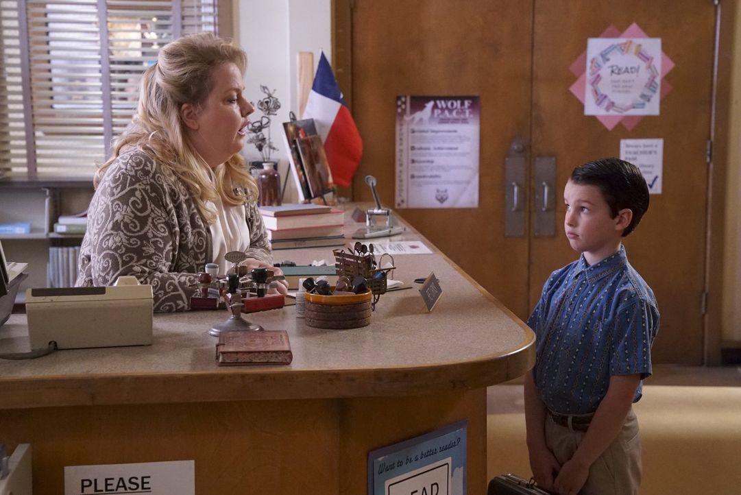 Auf der Suche nach einem Ratgeber darüber, wie man Freundschaften schließt, stattet Sheldon (Iain Armitage, r.) der High School Bibliothek und der f... - Bildquelle: Warner Bros.