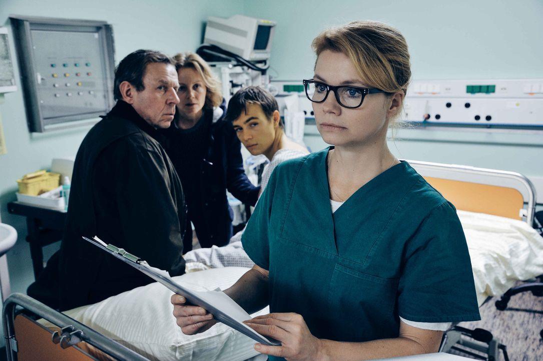 Während die Transplantationschirurgin Dr. Hellweg (Annette Frier, vorne) ein sterbendes Mädchen auf dem OP-Tisch liegen hat, das dringend eine neue... - Bildquelle: Hardy Spitz SAT.1