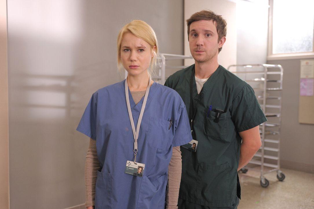 Während Nora (Kristen Hager, l.) und Josh (Sam Huntington, r.) sich über ihre Beziehung zueinander klar werden müssen, bemüht sich Aidan, Suren... - Bildquelle: Phillipe Bosse Syfy Channel