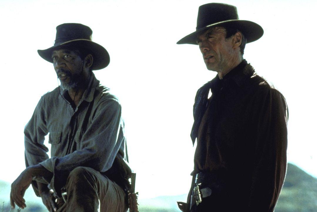 Munny (Clint Eastwood, r.) soll sich auf die Suche nach zwei Cowboys machen, die eine Prostituierte mit einer Rasierklinge brutal verstümmelt haben... - Bildquelle: Warner Bros.