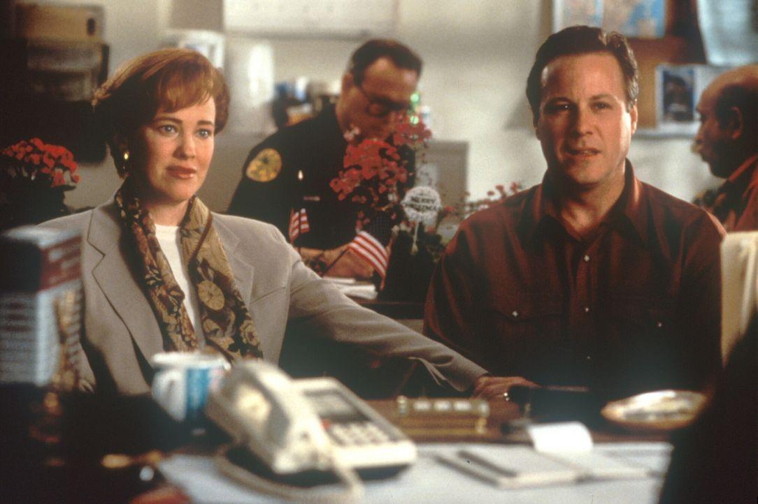 Die besorgten Eltern Kate (Catherine O'Hara, l.) und Pete (John Heard, r.) unternehmen im fernen Miami alles, um ihren Sohn zu finden ... - Bildquelle: 20th Century Fox Film Corporation