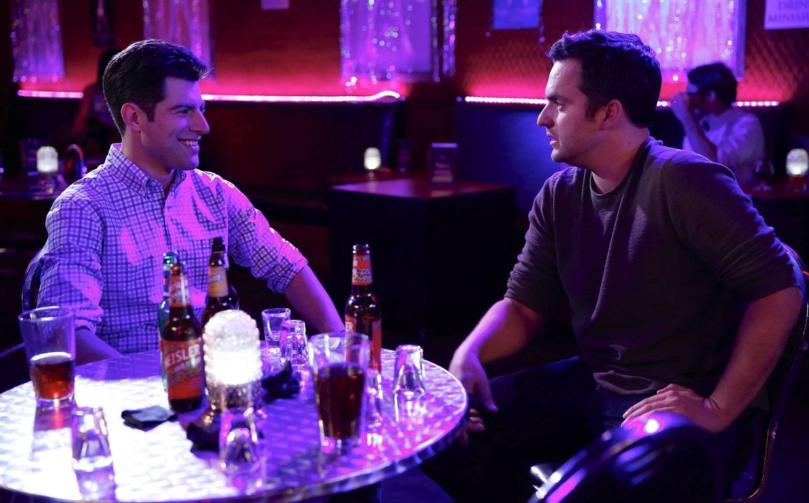 Nach wie vor sind Nick (Jake M. Johnson, r.) und Schmidt (Max Greenfield, l.) zerstritten, doch für einen alten Freund räumen sie die Streitigkeiten... - Bildquelle: TM &   2013 Fox and its related entities. All rights reserved.