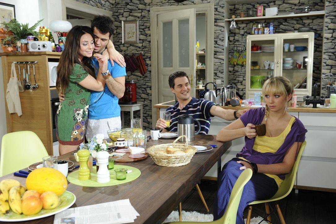 Lily (Jil Funke, r.) kommt ihre Ehe mit Lars (Alexander Klaws, 2.v.r.) im Angesicht von Palomas (Maja Maneiro, l.) und Maiks (Sebastian König, 2.v.... - Bildquelle: SAT.1