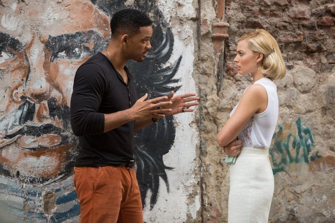 Nachdem sich die Wege der beiden Betrüger Nicky (Will Smith, l.) und Jess (Margot Robbie, r.) wegen aufkeimender Gefühle getrennt haben, treffen sie... - Bildquelle: Warner Bros.