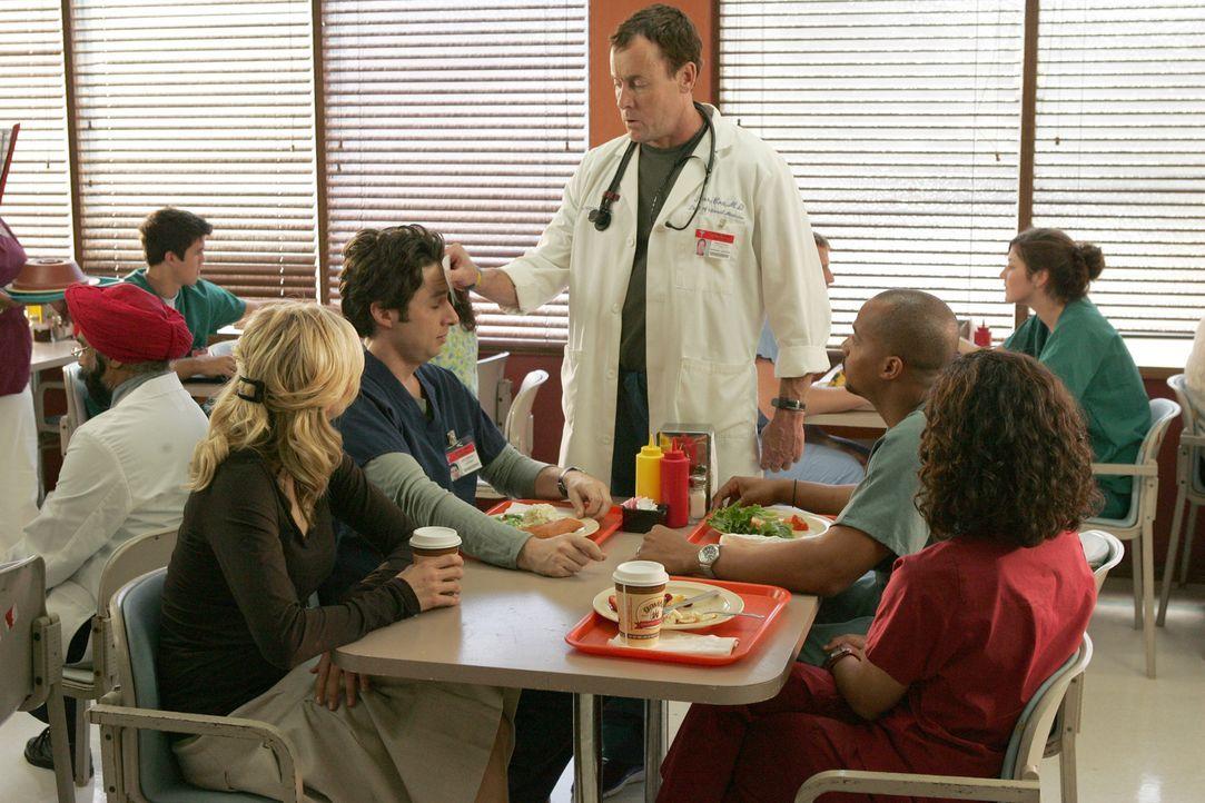 Turk (Donald Faison, 2.v.r.), Carla (Judy Reyes, r.) und Elliot (Sarah Chalke, l.) beobachten, wie Dr. Cox (John C. McGinley, M.) J.D. (Zach Braff,... - Bildquelle: Touchstone Television