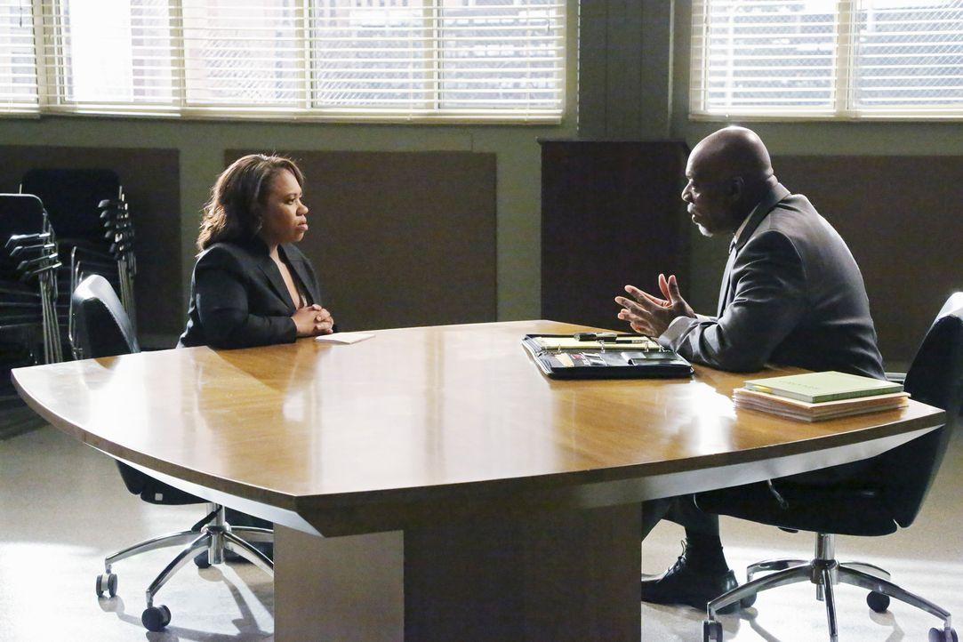 Bailey (Chandra Wilson, l.) wird auf Krankheitserreger getestet und von einem Ermittler des CDC (Thom Barry, r.) ausgiebig über ihre letzten Behandl... - Bildquelle: ABC Studios