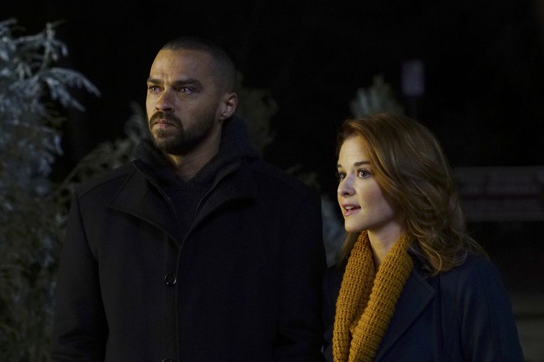 Jackson (Jesse Williams, l.) und April (Sarah Drew, r.) müssen nach Montana, um eine komplizierte Operation durchzuführen. Wird dies die beiden wied... - Bildquelle: Richard Cartwright 2016 American Broadcasting Companies, Inc. All rights reserved.