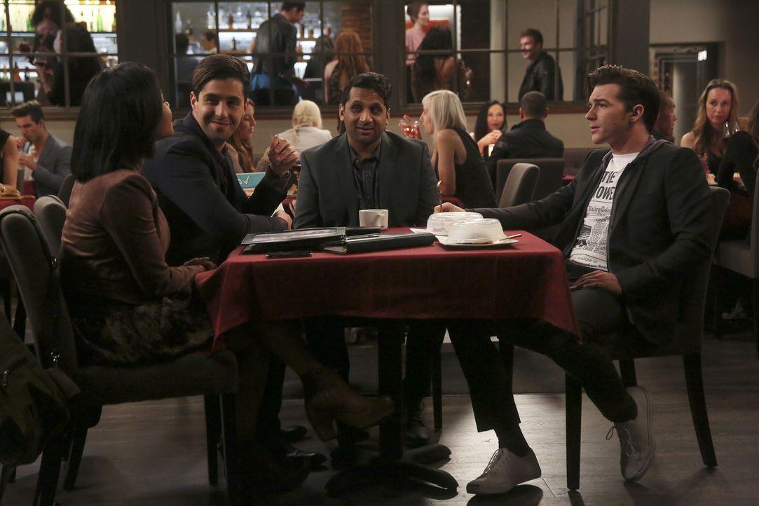 Ravi (Ravi Patel, M.) fädelt für Vanessa (Christina Milian, l.) und Gerald (Josh Peck, 2.v.l.) ein Treffen mit dem reichen Unternehmer Kirk (Drake B... - Bildquelle: Jordin Althaus 2016 ABC Studios. All rights reserved.