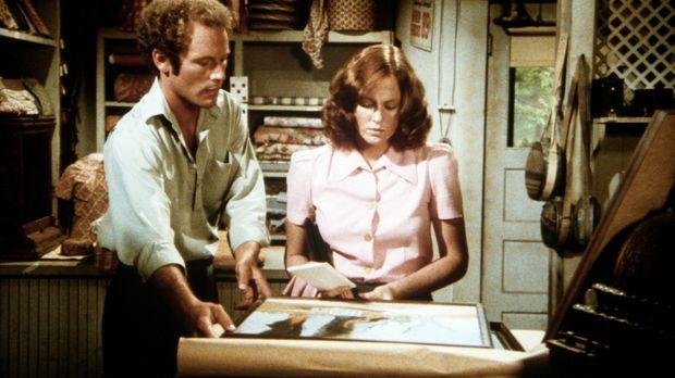 Der Maler Derek (Jared Martin, l.) zeigt Erin (Mary Beth McDonough, r.) seine...