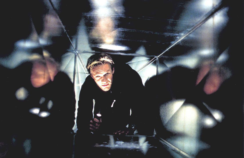 ''Mensch ärgere dich nicht'': Der leidenschaftliche Spieler David Assmann (Thure Riefenstein) geht auch als Versicherungsagent gerne ein hohes Risi... - Bildquelle: Jeanne Degraa ProSieben