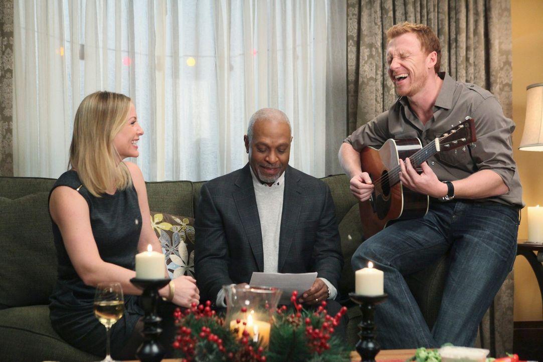Fröhliche Weihnachten: Arizona (Jessica Capshaw, l.), Webber (James Pickens, Jr., M.) und Owen (Kevin McKidd, r.) ... - Bildquelle: Touchstone Television