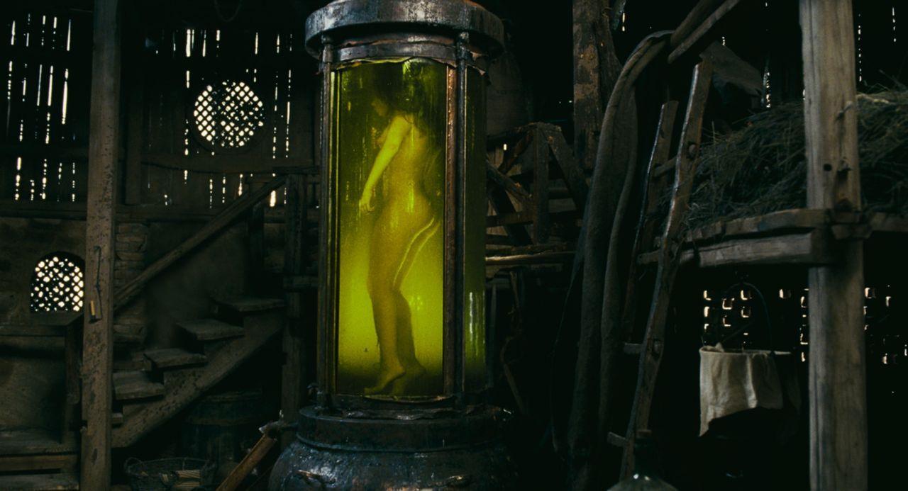Unmenschliches erwartet die Opfer des Duftsammlers. In riesigen Gefäßen konserviert er das jugendliche Fleisch, um aus ihm am Ende das zu schaffen... - Bildquelle: Constantin Film Verleih GmbH