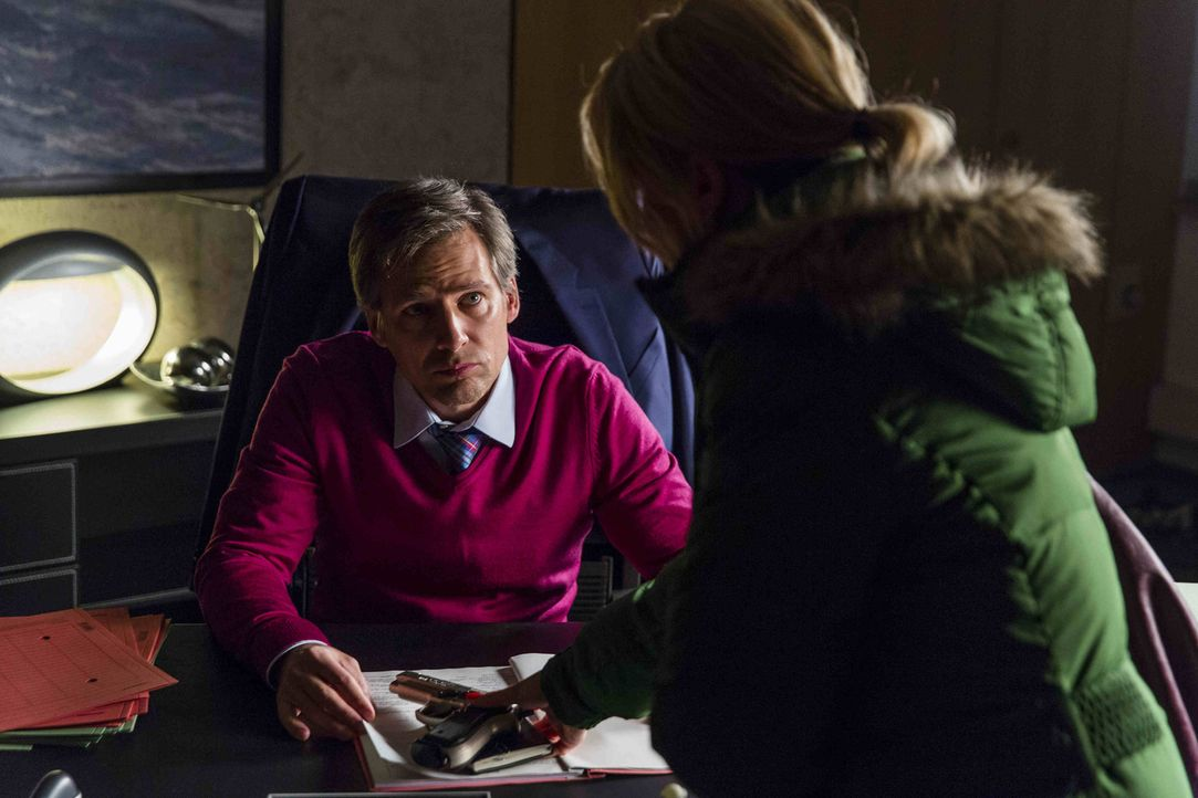 Danni (Annette Frier, r.) arbeitet an einem neuen Fall, während sie zweifelt, ob sie Pit bei August (René Steinke, l.) verraten soll ... - Bildquelle: Frank Dicks SAT.1
