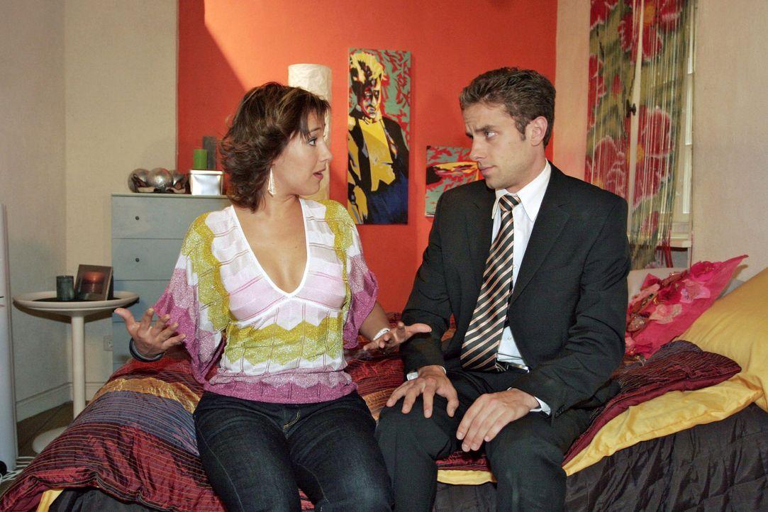 Max (Alexander Sternberg, r.) hat andere Ansichten über Yvonnes (Bärbel Schleker, l.) Outfit für den  Geburtsvorbereitungskurs - und bittet sie, ihm... - Bildquelle: Noreen Flynn Sat.1