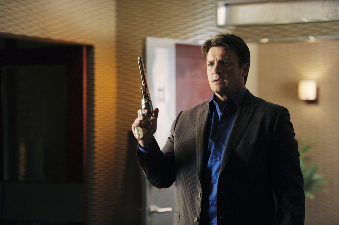Blöderweise hält Richard (Nathan Fillion) gerade die Waffe in der Hand, als der neue Freund seiner Tochter den Raum betritt ... - Bildquelle: 2010 American Broadcasting Companies, Inc. All rights reserved.