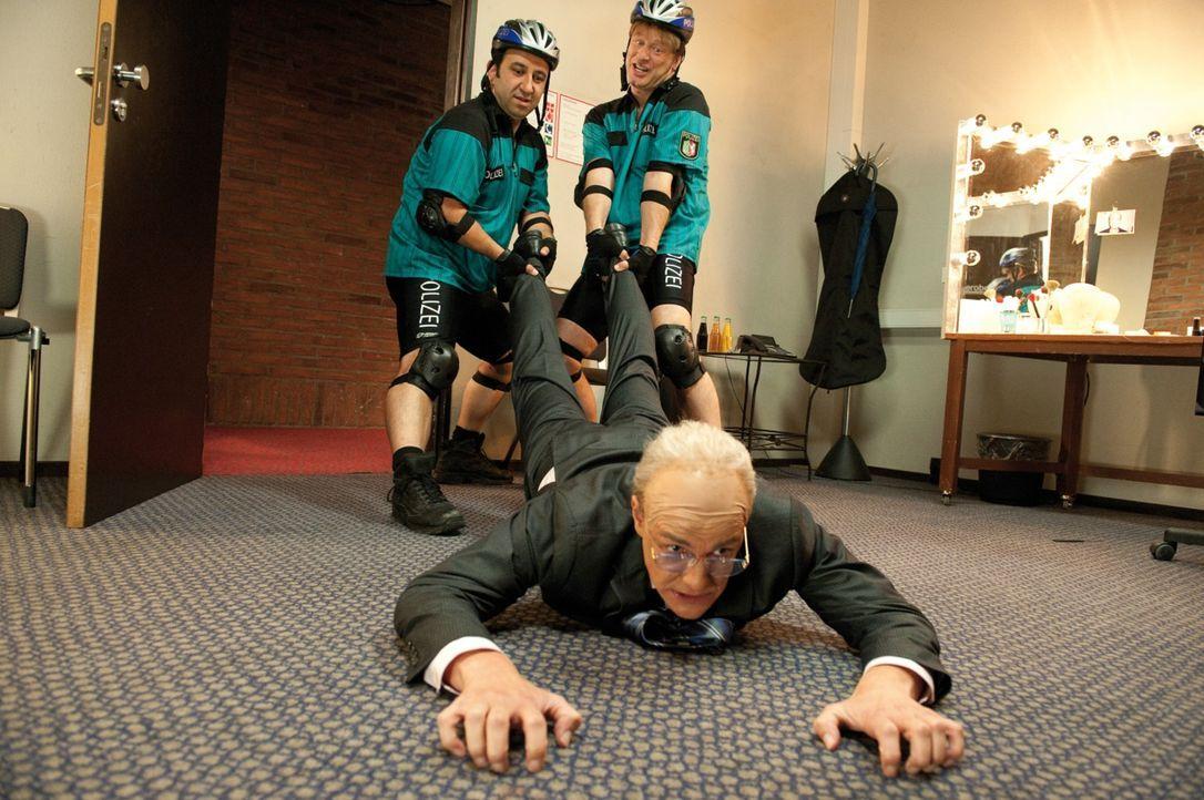 Die beiden Streifenpolizisten Mario (Hilmi Sözer, l.) und Tommie (Tom Gerhardt, r.) sind der Überzeugung, den Entführer des 1. FC Köln Maskottchens... - Bildquelle: 2010 Constantin Film Verleih GmbH
