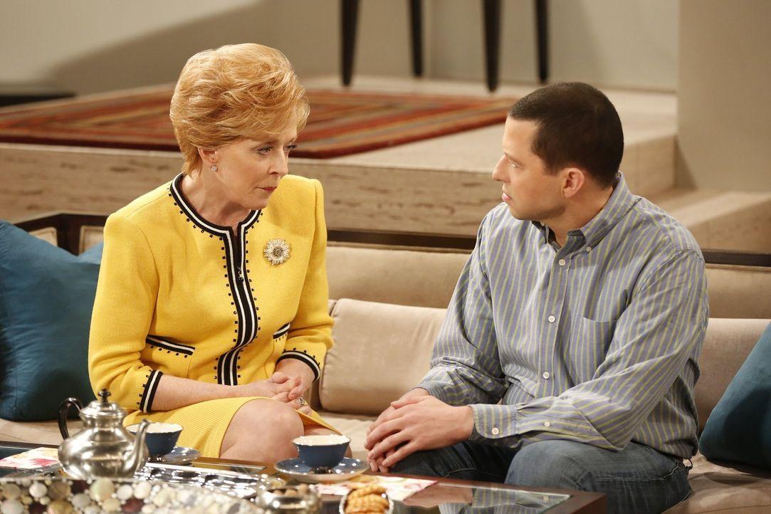 Alan (Jon Cryer, r.) und Evelyn (Holland Taylor, l.) sind verwirrt, alles deutet daraufhin, dass Charlie noch am Leben ist - doch wo steckt er? - Bildquelle: Warner Brothers Entertainment Inc.