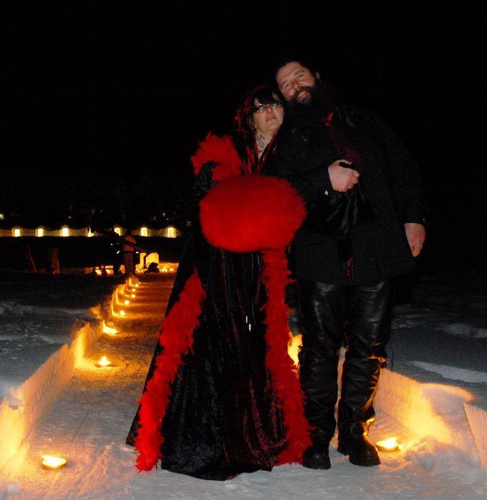 Feiern eine winterliche Hochzeit: Amanda (l.) und ihr Mann (r.) - Bildquelle: ITV Studios Limited 2010
