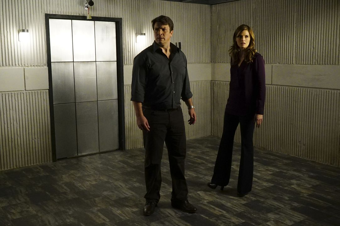 Castle (Nathan Fillion, l.) wird entführt und Teil eines perfiden Spiels. Als er schließlich erkennt, dass angeblich auch Beckett (Stana Katic, r.)... - Bildquelle: Richard Cartwright 2016 American Broadcasting Companies, Inc. All rights reserved.