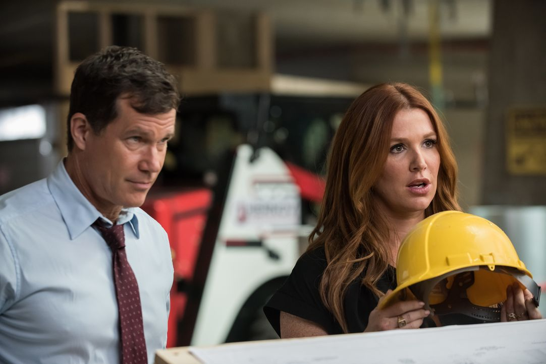 Der Unfalltod eines Obdachlosen legt eine Entführung und einen Mord offen, der Carrie (Poppy Montgomery, r.) und Al (Dylan Walsh, l.) dazu veranlass... - Bildquelle: Jeff Neumann 2015, 2016 Sony Pictures Television Inc. All Rights Reserved.