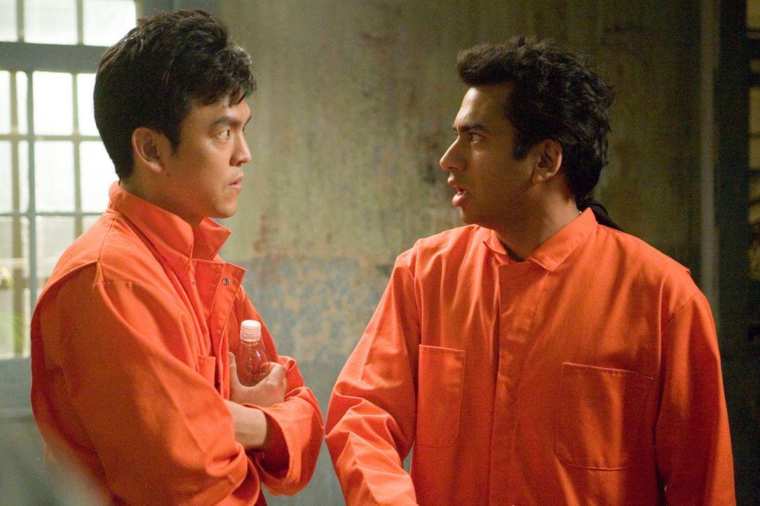 Nachdem ihre selbstgebaute Hightech-Bong mit einer Bombe verwechselt wurde, landen die beiden trotteligen Kifferkumpel Harold (John Cho, l.) und Kum... - Bildquelle: Warner Brothers