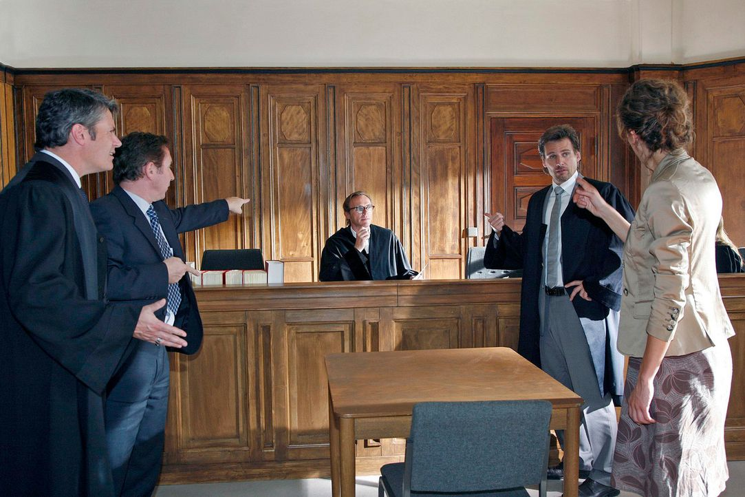 Alex (René Steinke, 2.v.r.) Mandantin Uli Herbert (Katharina Spiering, r.) und ihr Noch-Ehemann (Joachim Schweizer, 2.v.l.) sind bei ihrem Scheidung... - Bildquelle: Mosch Sat.1