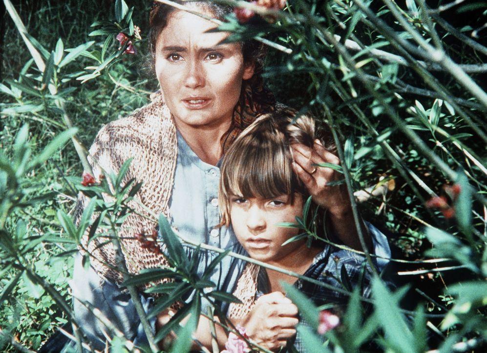 Anna Kosovo (Kathleen Widdoes, l.) ist mit ihrem Sohn Sandor (Jason Karpf, r.) auf der Flucht vor ihrem geistesgestörten Mann. - Bildquelle: Paramount Pictures