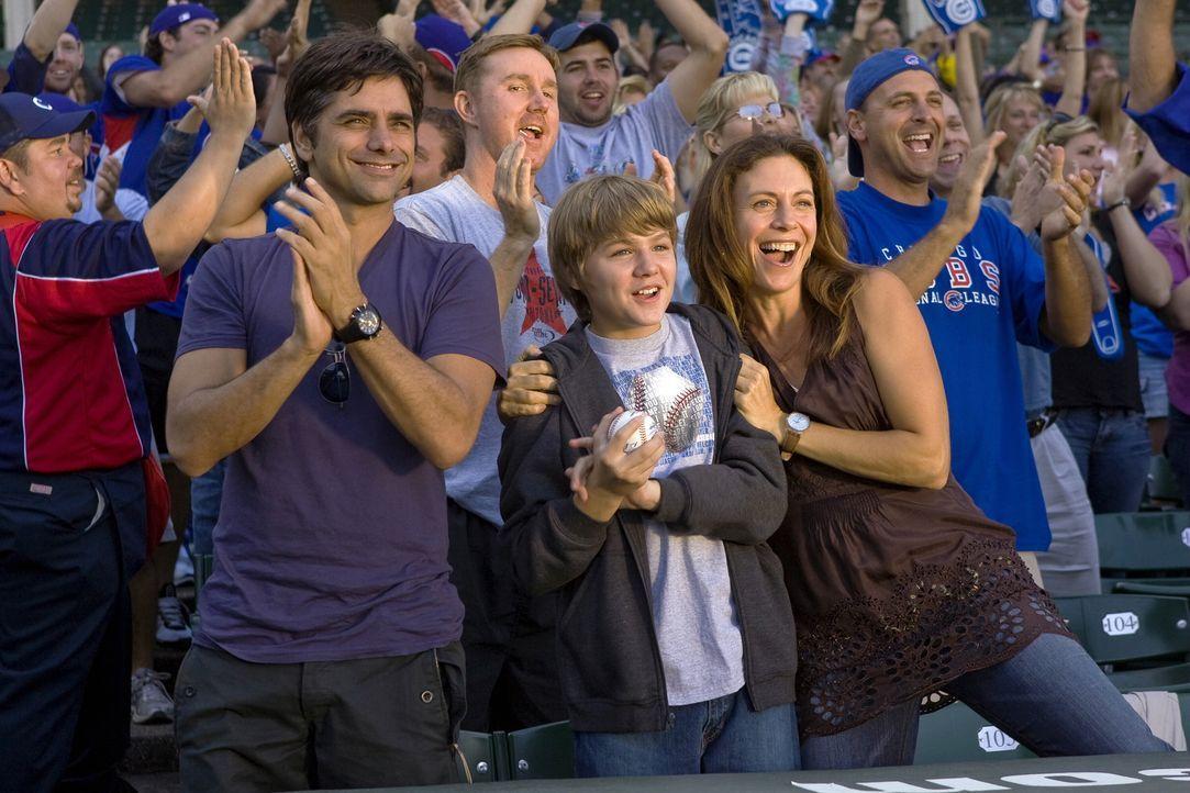 Sehen sich gemeinsam ein wichtiges Baseballspiel an: Tony (John Stamos, l.), Joshua (Miles Heizer, M.) und Serena (Natacha Roi, r.) ... - Bildquelle: Warner Bros. Television