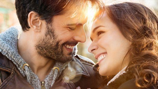 Egal ob Single oder in einer Partnerschaft – das Liebeshoroskop hilft beim Fl...