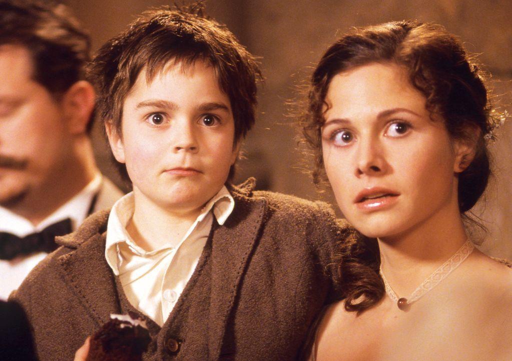 Tommy (Martin Kurz, l.) und seine Mutter Konstanzia (Ellenie Salvo González, r.) können sich nicht erklären, warum sich König Julius so merkwür... - Bildquelle: Constantin Film