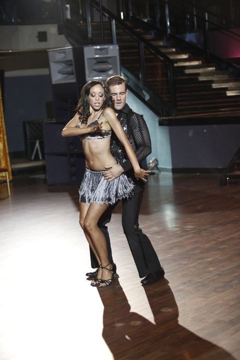 Mit seiner neuen Tanzpartnerin Valentina (Shanti Lowry, l.) legt James (James Van Der Beek, r.) eine heiße Sohle aufs Parkett und erstaunt damit al... - Bildquelle: 2012 Twentieth Century Fox Film Corporation. All rights reserved.