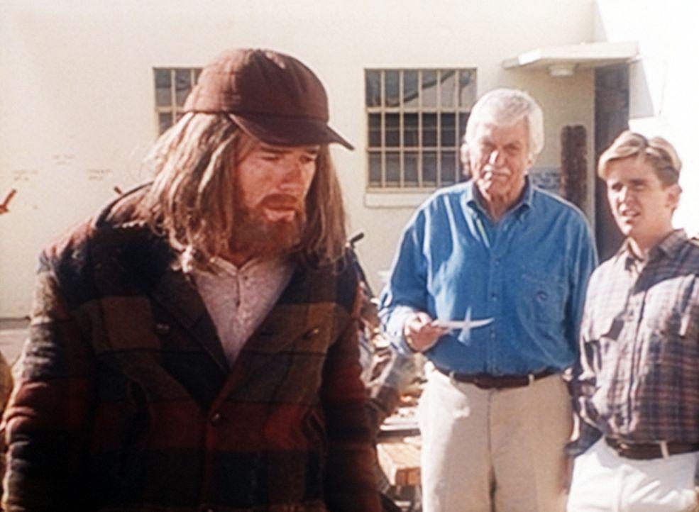 Mark (Dick Van Dyke, 2.v.r.) und Jesse (Charlie Schlatter, r.) befragen den Obdachlosen Walter. - Bildquelle: Viacom